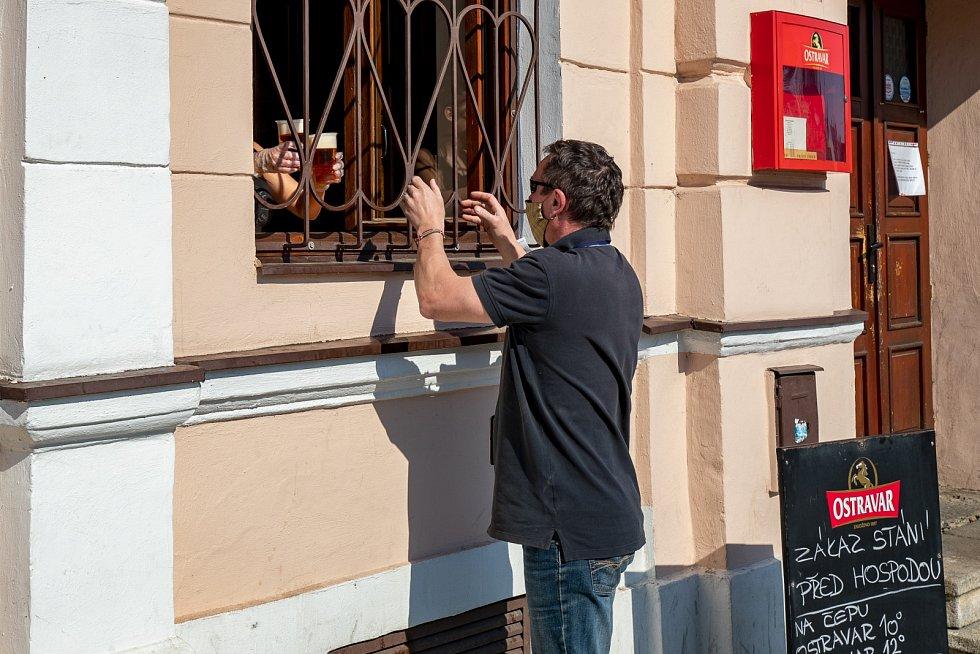 Pivo přes okénko. Ilustrační foto.
