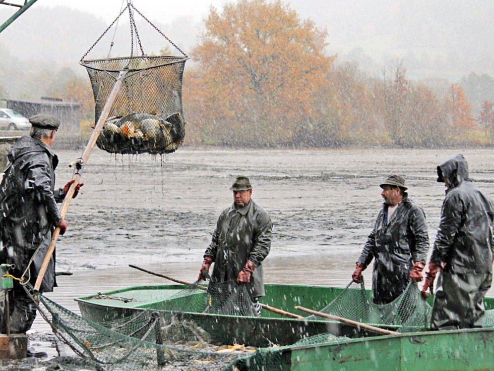 Výlov Podhrázského rybníka. Nádrž bude vylovena znovu letos společně se Semovickým rybníkem. Rybí hody ale majitel nádrže chystá jen do Semovic 25. a 26. října. Výlov Podhráze bude 12. a 13. listopadu bez akce pro veřejnost.
