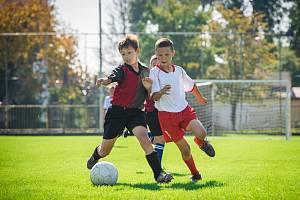 Kluci hrají fotbal. Ilustrační foto.