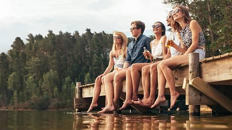 Mladí lidé se baví. Ilustrační foto.