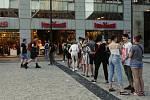 Po znovuotevření obchodů v pondělí 10. května je lidé vzali útokem. Fronty se tvořily až do pozdního odpoledne. Ilustrační foto.