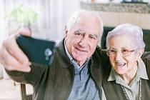 Senioři si dělají selfie. Ilustrační foto.