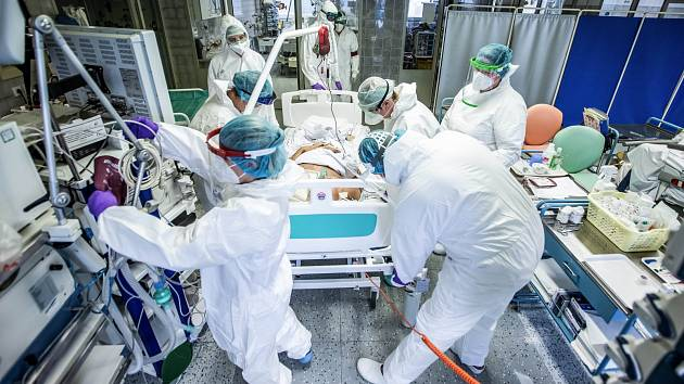Zdravotníci pečují o pacienta s koronavirem. Ilustrační foto