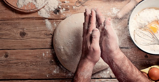 Pečení chleba. Ilustrační foto.