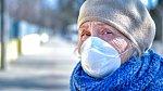 Seniorka si chrání tvář na veřejnosti. Ilustrační foto.