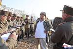 Severokorejský vůdce Kim Čong-un dohlíží na minimetné cvičení armády KLDR, 10. dubna 2020