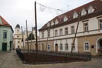 Dům na žateckém náměstí Svobody (vpravo) za chmelničkou. I tam má dojít k opravám.