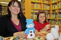 Lucie Staňková s dcerou Anetou při práci v žatecké knihovně