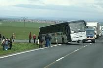 Autobus při cestě od Smolnice na I/7 na Prahu částečně sjel z betonového propustku mimo komunikaci.