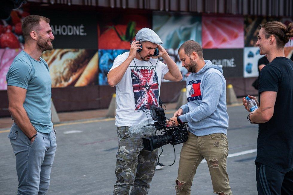 Lukáš Šimandl vytvořil pro televizi Seznam seriál plný bojového umění Blbej den.