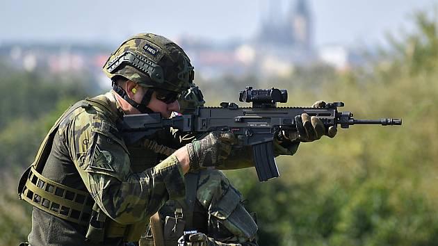 Instruktoři 4. brigády rychlého nasazení v Žatci střílí s útočnými puškami Bren na vojenské střelnici ve Vršovicích u Loun.