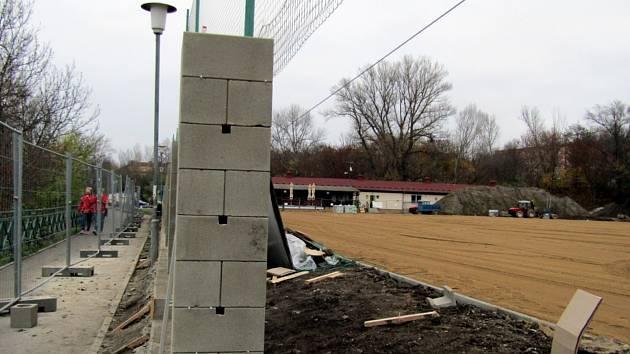 V areálu fotbalového klubu Slavoj Žatec probíhá velká rekonstrukce.