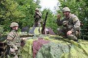 Slovenští vojáci maskují na Doupově obrněný transportér OT90. Proti nízkoletícím strojům může pálit svým velkorážným 14,5mm kulometem.
