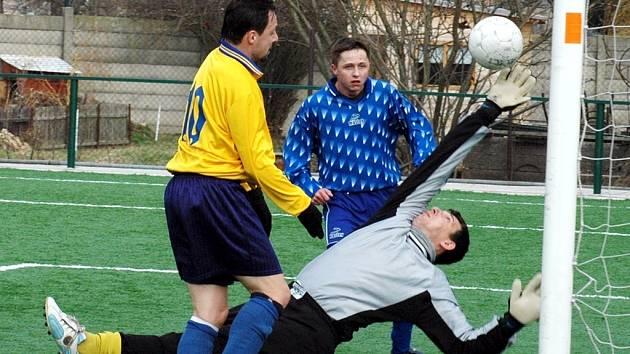 Brankář Čechie Mšené Lázně se marně natahuje po míči, který poslal za jeho záda lounský Dušan Džurdženik v nedělním přátelském utkání, které vyhrály Louny B 4:0.