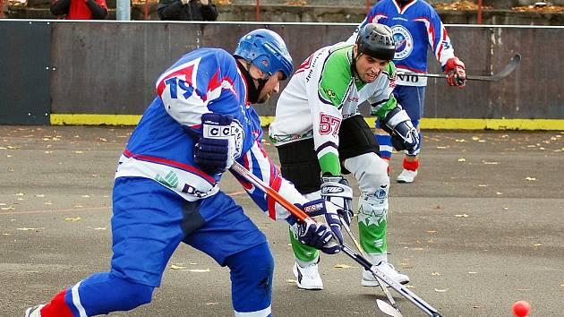 Utkání hokejbalistů Loun (v bílém) proti Mostu