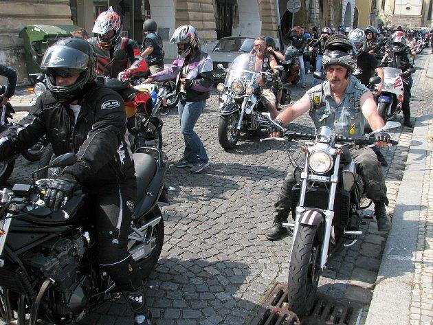 Na motosrazu v Žatci nechyběla ani spanilá jízda centrem Žatce.
