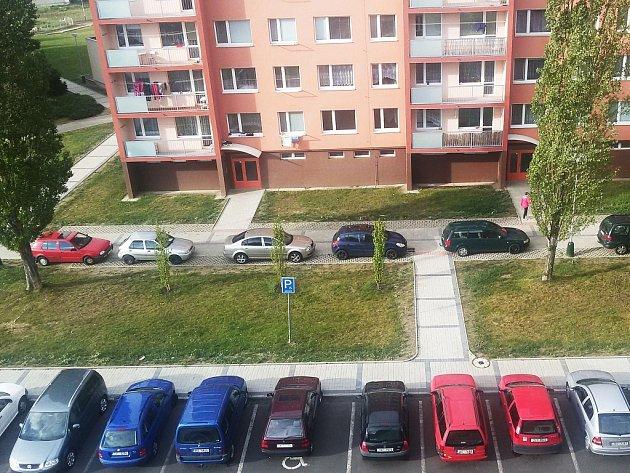 Sídliště Jih 3 v Žatci, Písečná ulice: komunikace s auty v pozadí není silnice, ale chodník.