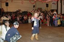 Děti tančí na maškarním plese v Nepomyšli na Podbořansku.