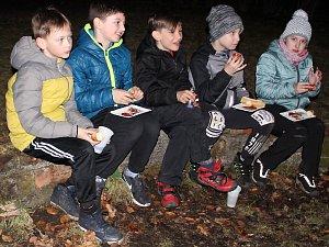 Zakončení večerního programu při Noci s Andersenem v Podbořanech.
