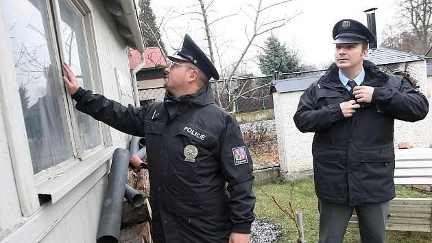 Policisté Robert Ploc a Slavomír Rajm z lounského obvodního oddělení při kontrole jedné z chat v zahrádkářské kolonii