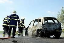 Požár zcela zničil auto na výjezdu z Loun