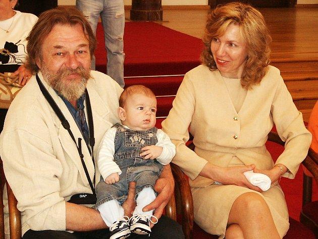 Hrdý otec Jan Vlastimil Lukeš a maminka Alena s tříměsíčním synkem Vlastimilem.