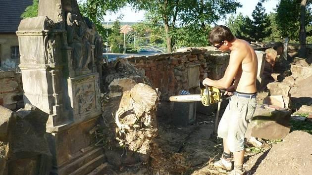 Práce na obnově kostela ve Vroutku a jeho okolí.