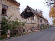 Snímek části zámku v Dobříčanech z roku 2011, kdy se část objektu zřítila