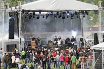 1. Jarní Zloun-festival na lounském velodromu. Hlavní podium během vystoupení Michala Hrůzy