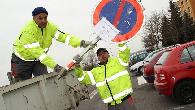 Pavel Nedbal (vpravo) a Vladislav Kadeth instalují značky v žatecké ulici Stavbařů.