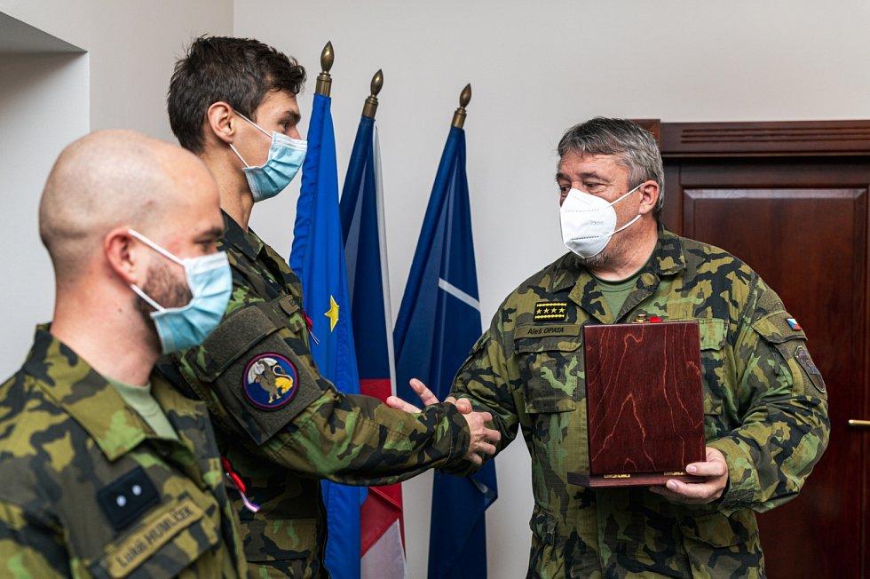 Armádní generál Aleš Opata ocenil desátníka Radka Klečatského.