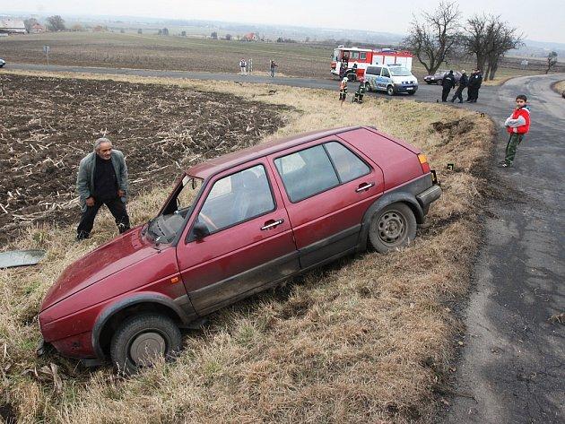 Řidič měl v krvi 3,3 promile alkoholu. Nezvládl řizení a nedaleko Malnic skončil v poli