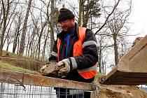 Radek Šebek pracuje na výstavbě opěrné zdi u parku v Podbořanech