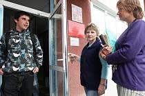 Po nedávném incidentu vedení školy vyměnilo dveře a posílilo dozor. Ten provádějí učitelé a školnice. U vchopdu postává školnice Jana Lejčková (vpravo) a učitelka Lidmila Kašparová.
