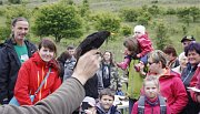 Ornitologové pochytali a ukázali některé zpěvné ptáky, kteří v lokalitě žijí