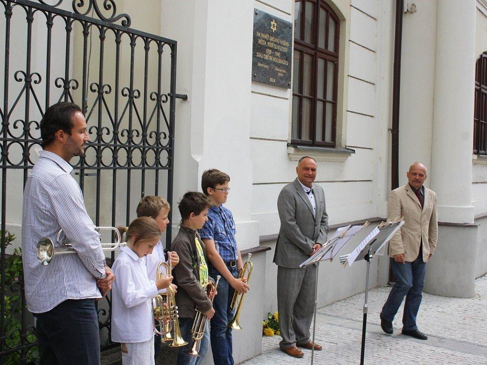 Setkání při slavnostním odhalení nové pamětní desky na lounské synagoze