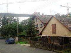 Nad Velemyšlevsí se tyčí nový silniční most.
