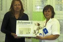 Miloslava Stibůrková, regionální manažerka Nadace křižovatka, předává Dagmar Zemanové, vrchní sestře novorozeneckého oddělení nemocnice v Žatci monitor dechu.