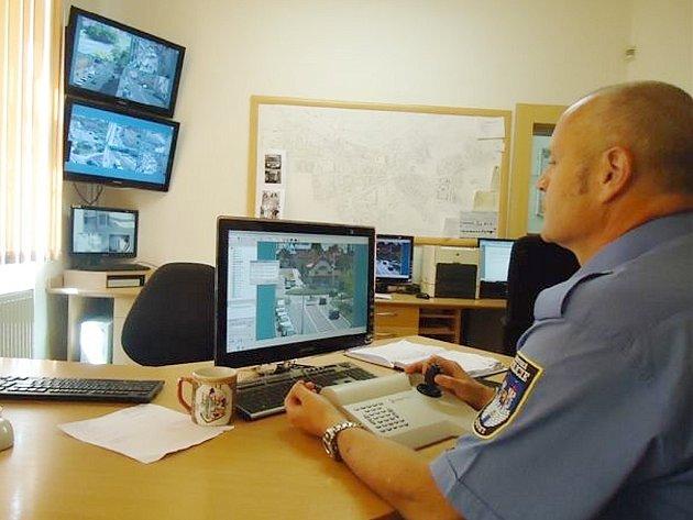 Strážník Jan Prokop obsluhuje kamerový systém.