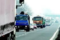 Kolabující doprava už pomalu patří ke koloritu Lovosic. Kvůli chybějící části dálnice D8 je přes město svedena kamionová doprava a stačí tu jen uzavírka navíc či dopravní nehoda, a je zle.