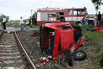 Srážka osobního vozu s vlakem v Břvanech na Lounsku si vyžádala dva těžce zraněné