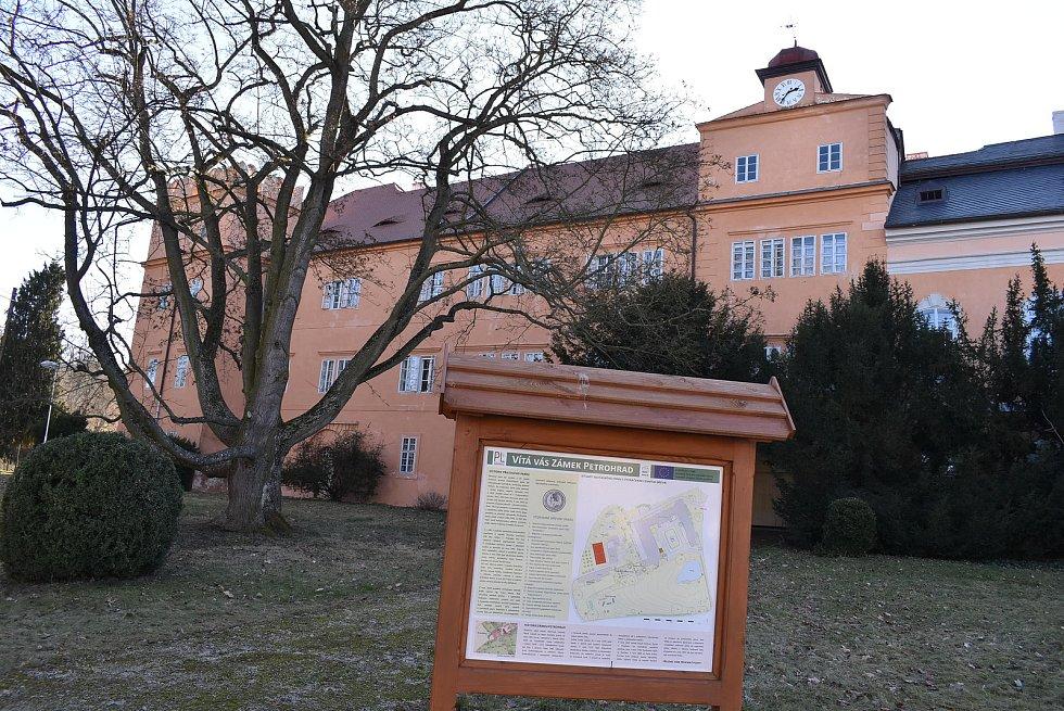 Petrohrad je také známý svým zámkem, kde je umístěna psychiatrická léčebna.