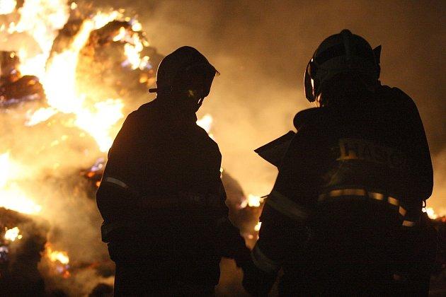 Požár stohu u Libčevsi na Lounsku