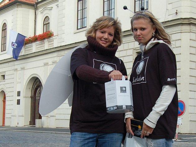 Studentky žatecké střední zemědělské a ekonomické školy v Žatci Lenka Šajnarová a Martina Heischmannová (zleva).