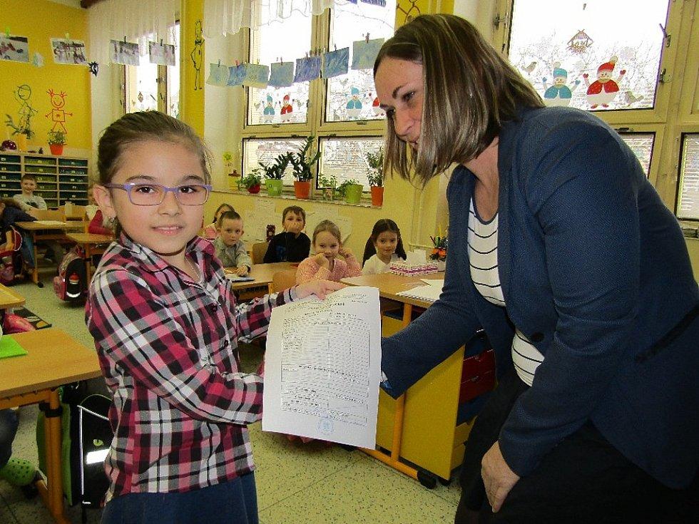 Učitelka Jana Karasová rozdává vysvědčení v 1. B na žatecké ZŠ P. Bezruče