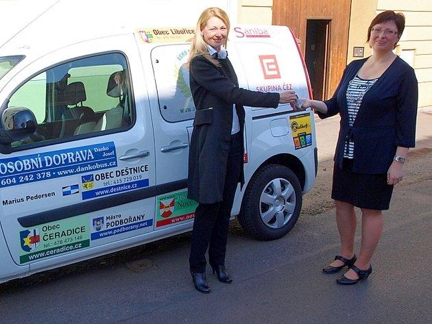 Zástupkyně společnosti Kompakt Renata Marková předává klíčky od nového vozu Miroslavě Hrdličkové, vedoucí žateckého Klokánku a azylového domu.