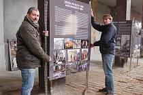 Daniel Černý (vlevo) na archivním snímku z instalace výstavy v žatecké synagoze.