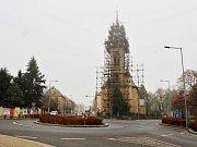 Oprava evangelického kostela v Žatci. V listopadu ho pokryla mlha a také lešení.