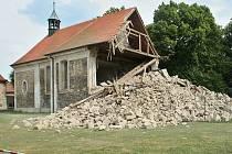 Kostel v Lenešicích krátce po zřícení části věže v červenci 2008. Foto Deník/Karel Pech