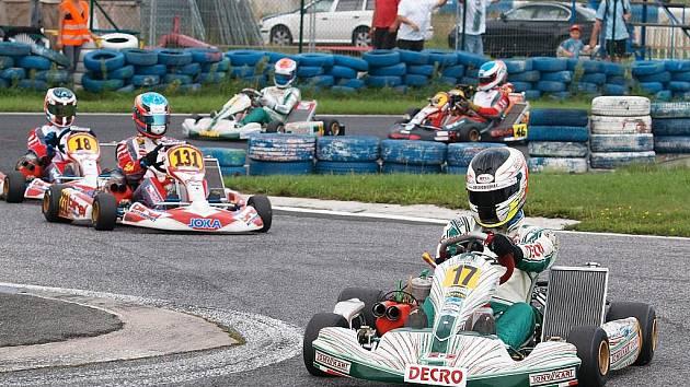 Žatecký Adam Janouš (s číslem 17) vyhrál další závod mistrovství republiky motokár v Sosnové.